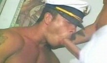 Capitaine gay qui suce la queue d'un marin
